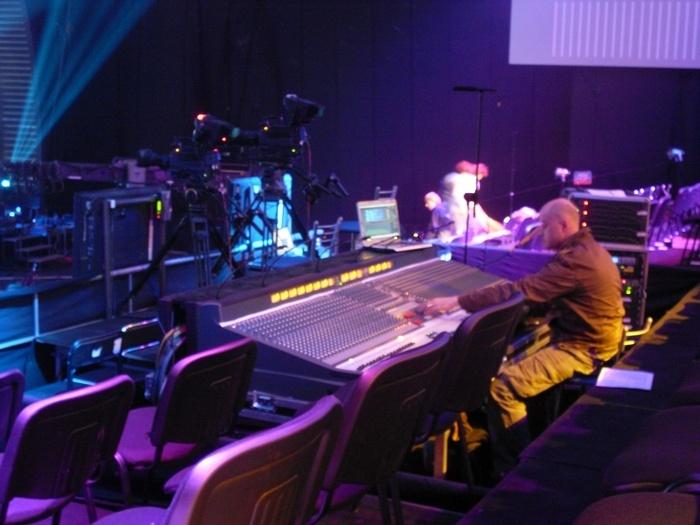 Через этот стол проходит весь звук на этом шоу. От мелких фонограмм джинглов, до голосов всего состава вокального коллектива!