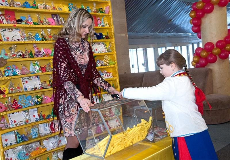 Благотворительная лотерея в фойе Дворца культуры