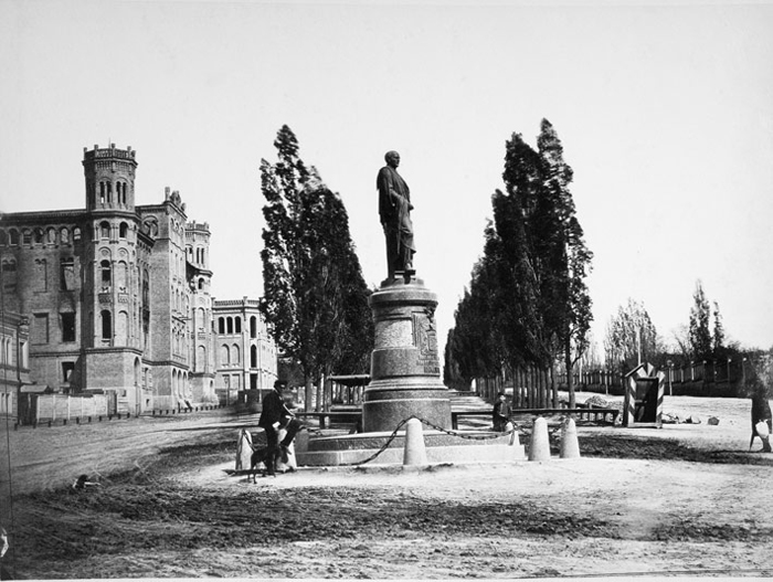 Бибиковский бульвар (ныне - бульвар Шевченко) и описанный выше памятник графу Бобринскому