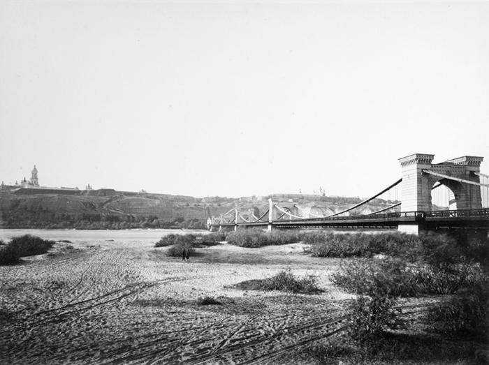 Николаевский цепной мост (разрушен в 1920 г.). Теперь приблизительно на этом месте располагается мост Метро