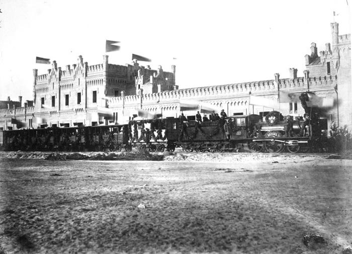 Киевский вокзал (в 1877 г. пострадал от сильного пожара и был полностью перестроен. В нынешнем виде сооружен в 1927 г. с частичной реконструкцией после ВОВ)