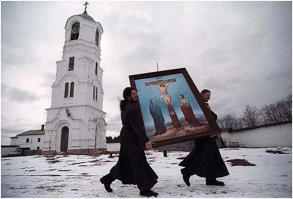 Монахи, несущие распятие. Алесандро-Свирский монастырь. 2001 год