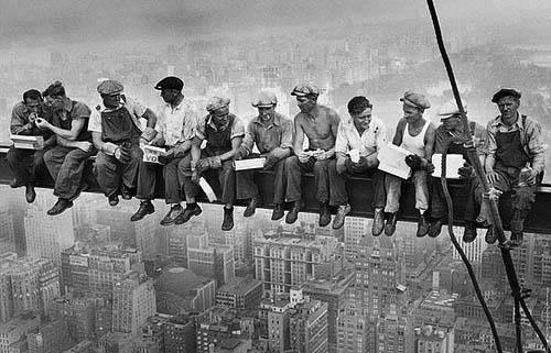 Фото: Charles C. Ebbets. Обед на вершине небоскреба, 1932 г.