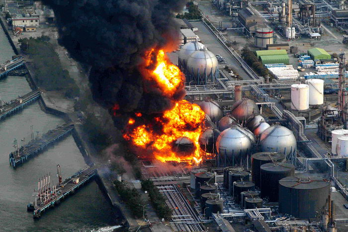 Пожар цистерн с природным газом на нефтяном заводе Cosmo Oil в городе Итихара около Токио (REUTERS/Asahi).