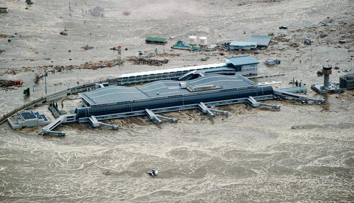 Затопленный аэропорт Сендай на северо-востоке Японии (REUTERS/KYODO).