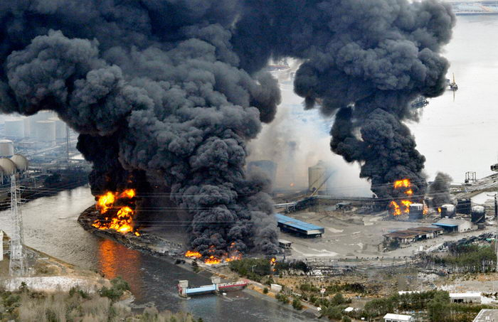Пожар производственных мощностей в городе Сендай, вызванный землетрясением и цунами (REUTERS/Kyodo).