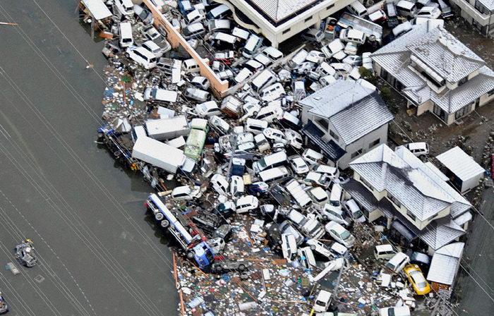 Множество машин, сметённых цунами в городе Сендай (REUTERS/Kyodo).