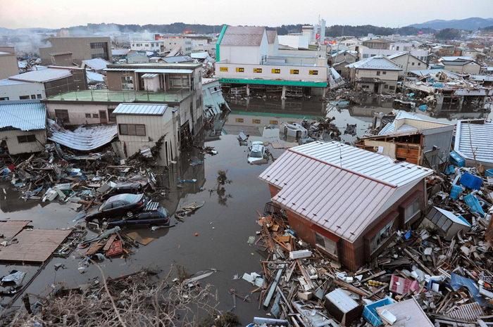 Разрушения в жилом квартале в префектуре Мияги (REUTERS/Kyodo).