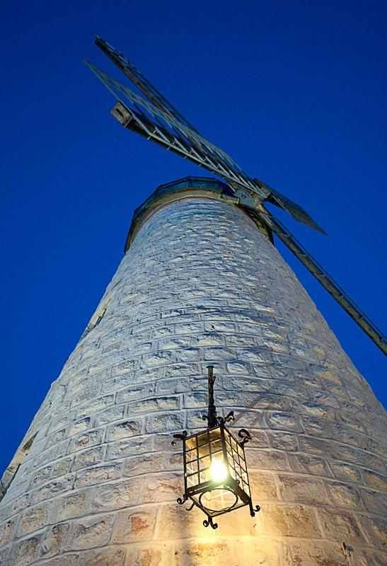Затея аховая, здесь никогда не бывает ветра и мельница не проработала и дня, но зато превратилась в символ города Иерусалима.