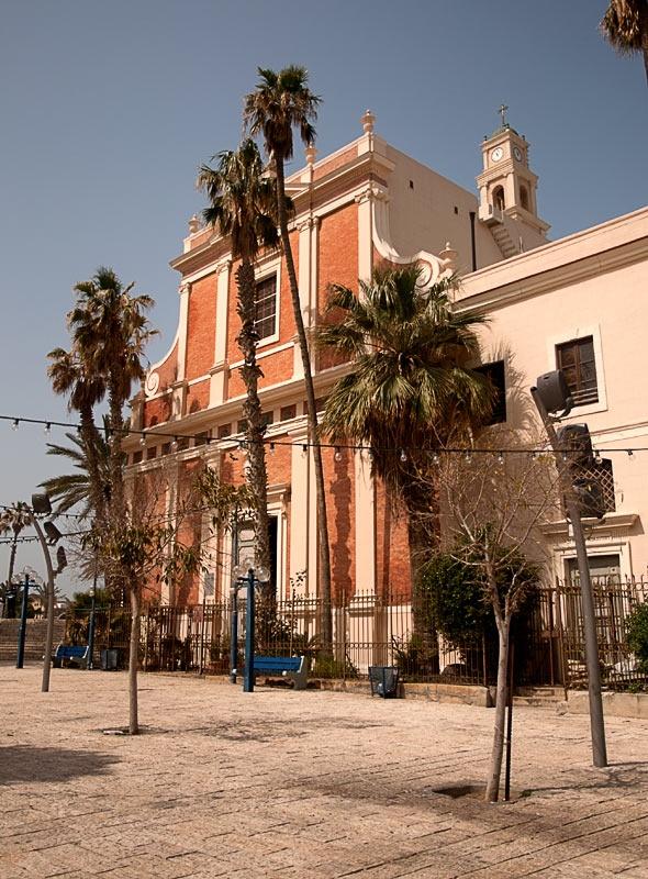 Паломников и туристов встречает довольно пышный интерьер типично католического собора.