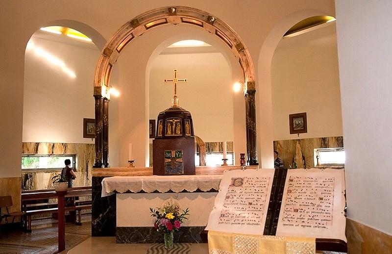 Современная церковь была построена в 1937 году по проекту итальянского архитектора Берлуччи. Церковь имеет небольшой холл, в котором стоит очень необычный престол с аркой.