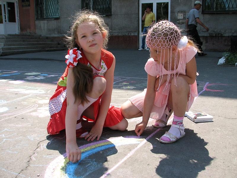 Взрослые подготовили детям сюрприз - занимательные игры и веселые песни.
