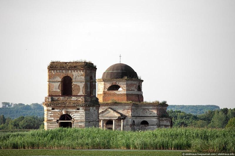 Преображенский храм на воде в селе Гусинцы