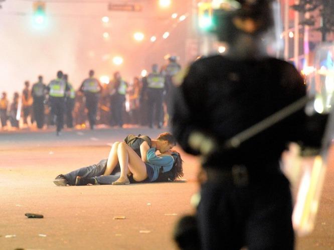 Поцелуй на фоне беспорядков