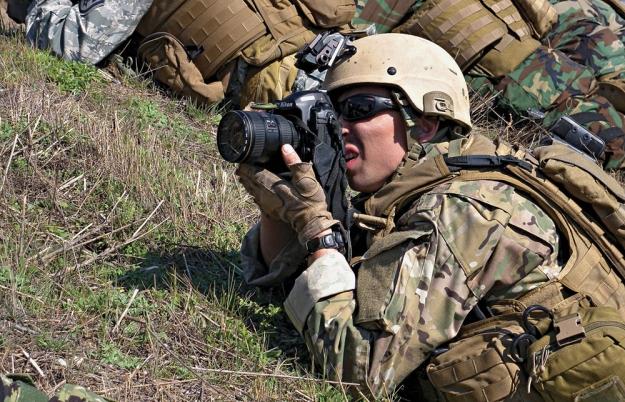 Дерек Санчес делает фотоснимки во время Winter Quick Shot 2011 в феврале 2011 года в Azusa, CA. Фото: ВМС США, Дэвид Раш