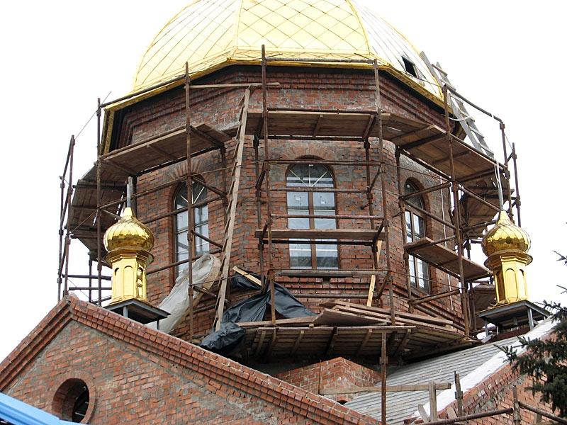 Установка главного креста на храм святых Константина и Елены в г. Красноармейске