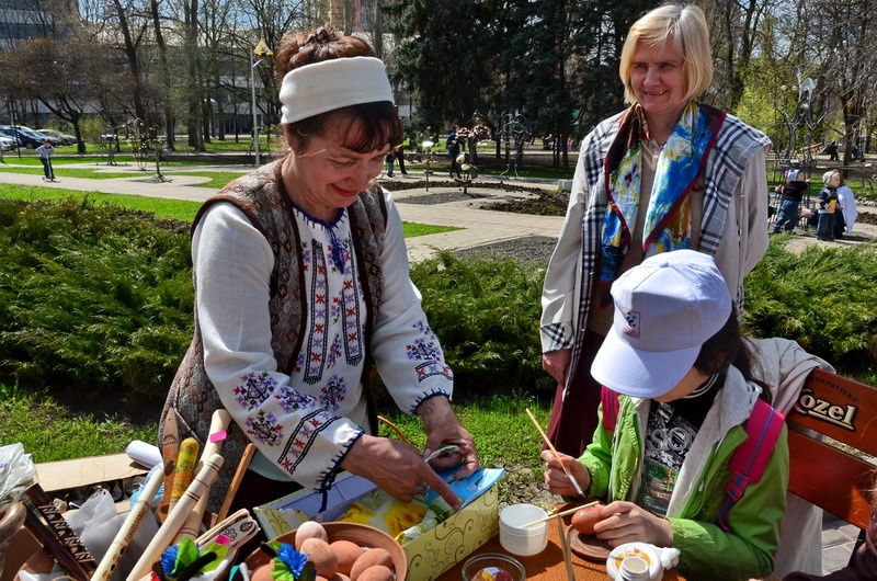 Роспись писанки в Донецке