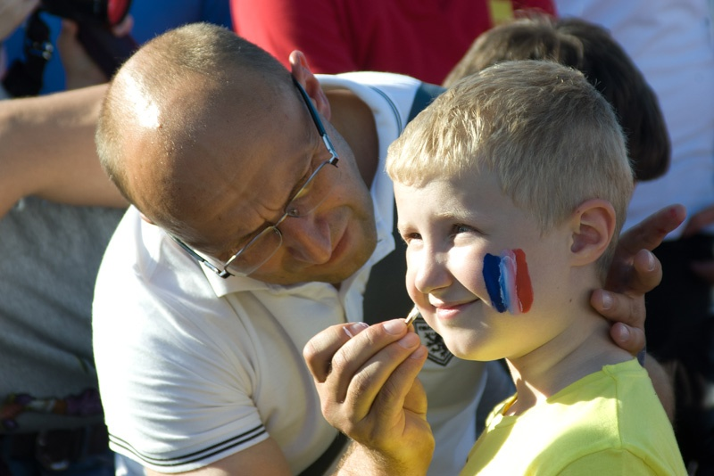 Английские и французские футбольные фанаты в Донецке