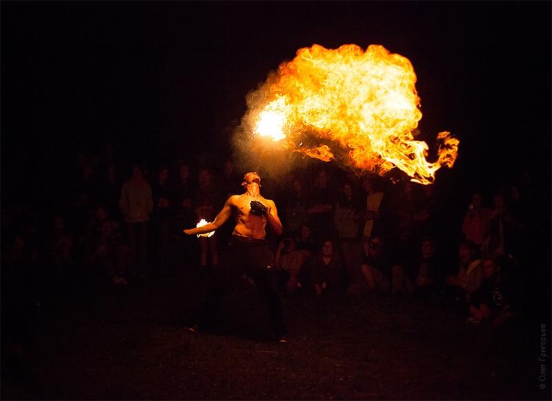ночные атракции на фестивале хиппи