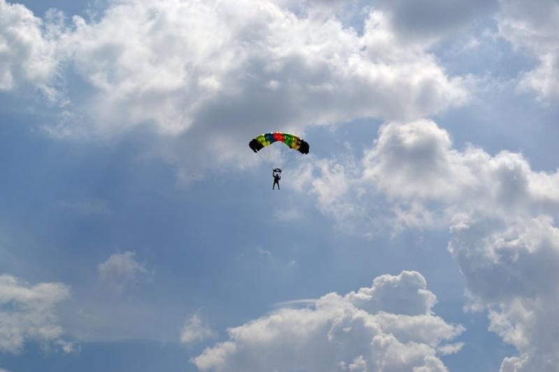 парашютист на фоне облаков