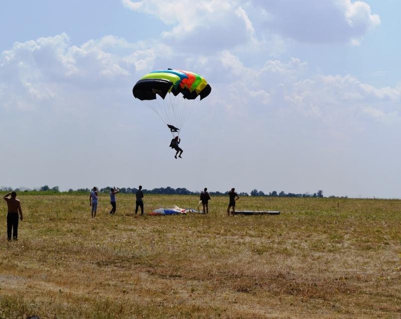 парашютист приземляется