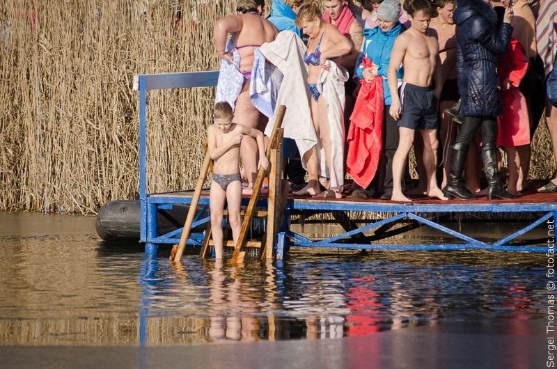 дети купаются в проруби на крещение