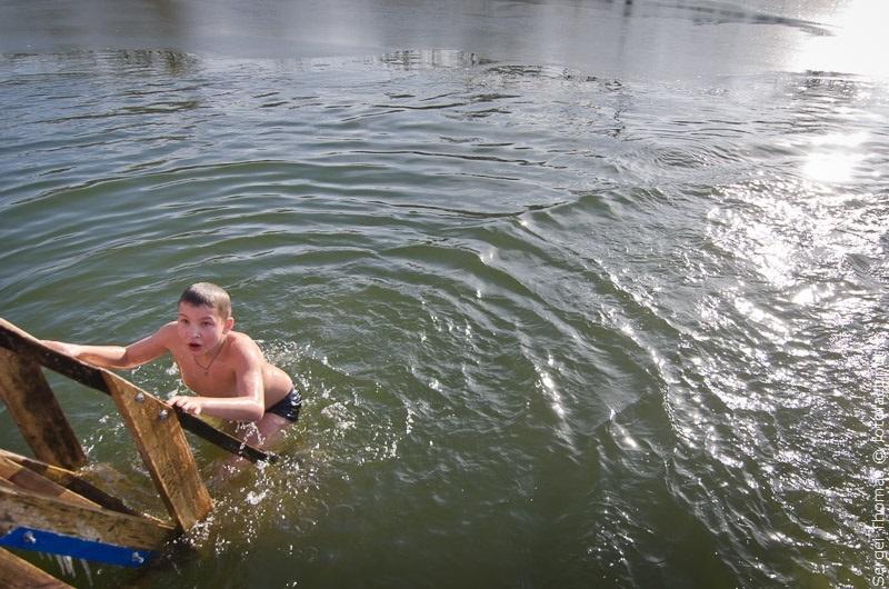 дети купаются на крещение